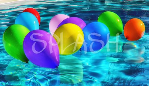 globos de colores sobre el agua azul sp